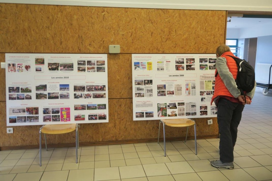 Photo d'une personne devant une partie de l'exposition