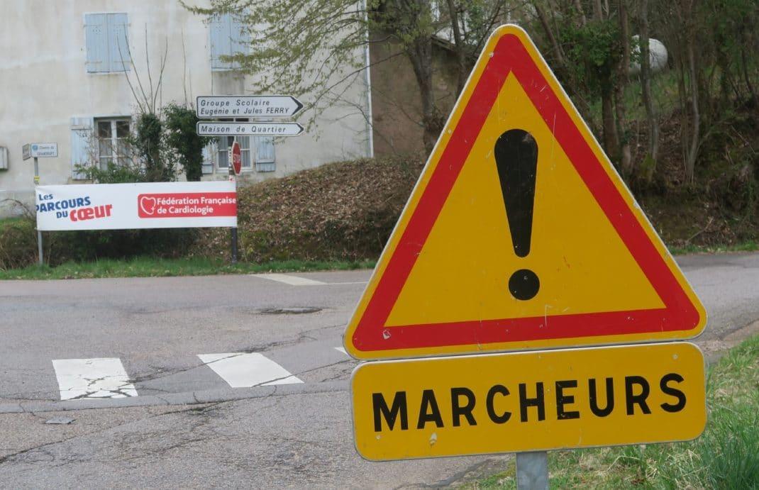 Panneau attention marcheurs à proximité du départ