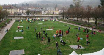 Photo des élèves sur la pelouse
