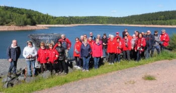 Photo du groupe de visiteurs au bord du lac