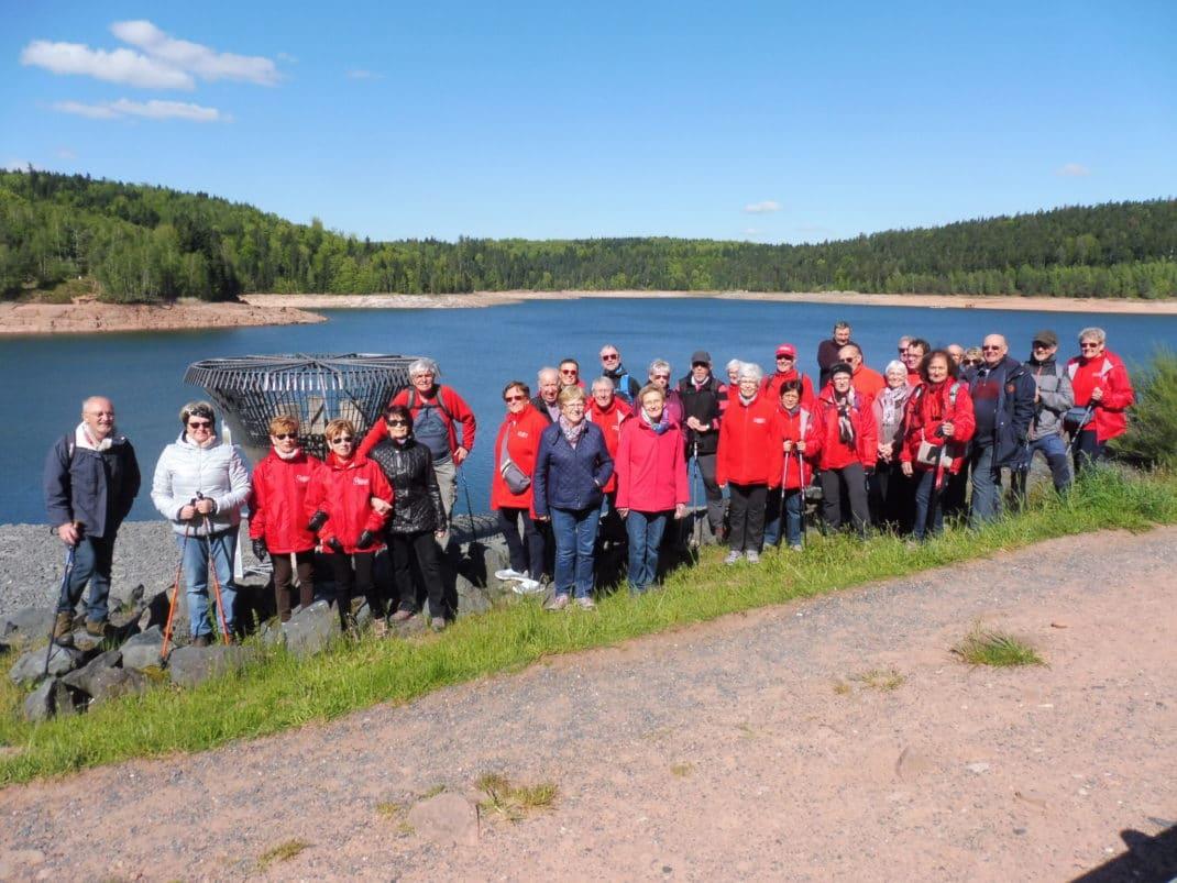 Photo du groupe de visiteurs au bord du lac