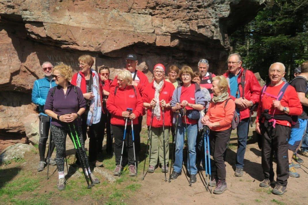 Le groupe au pies de la grosse roche en grès rose des Vosges
