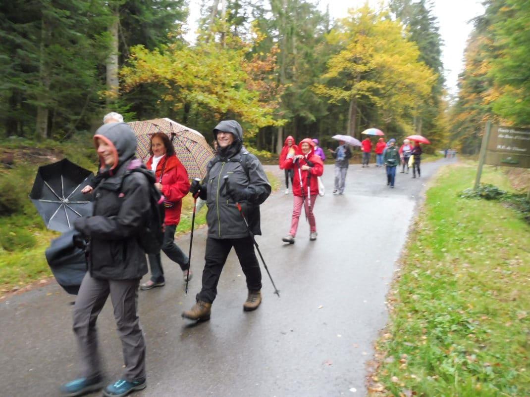 Alerte pluie, les marcheurs s'équipent