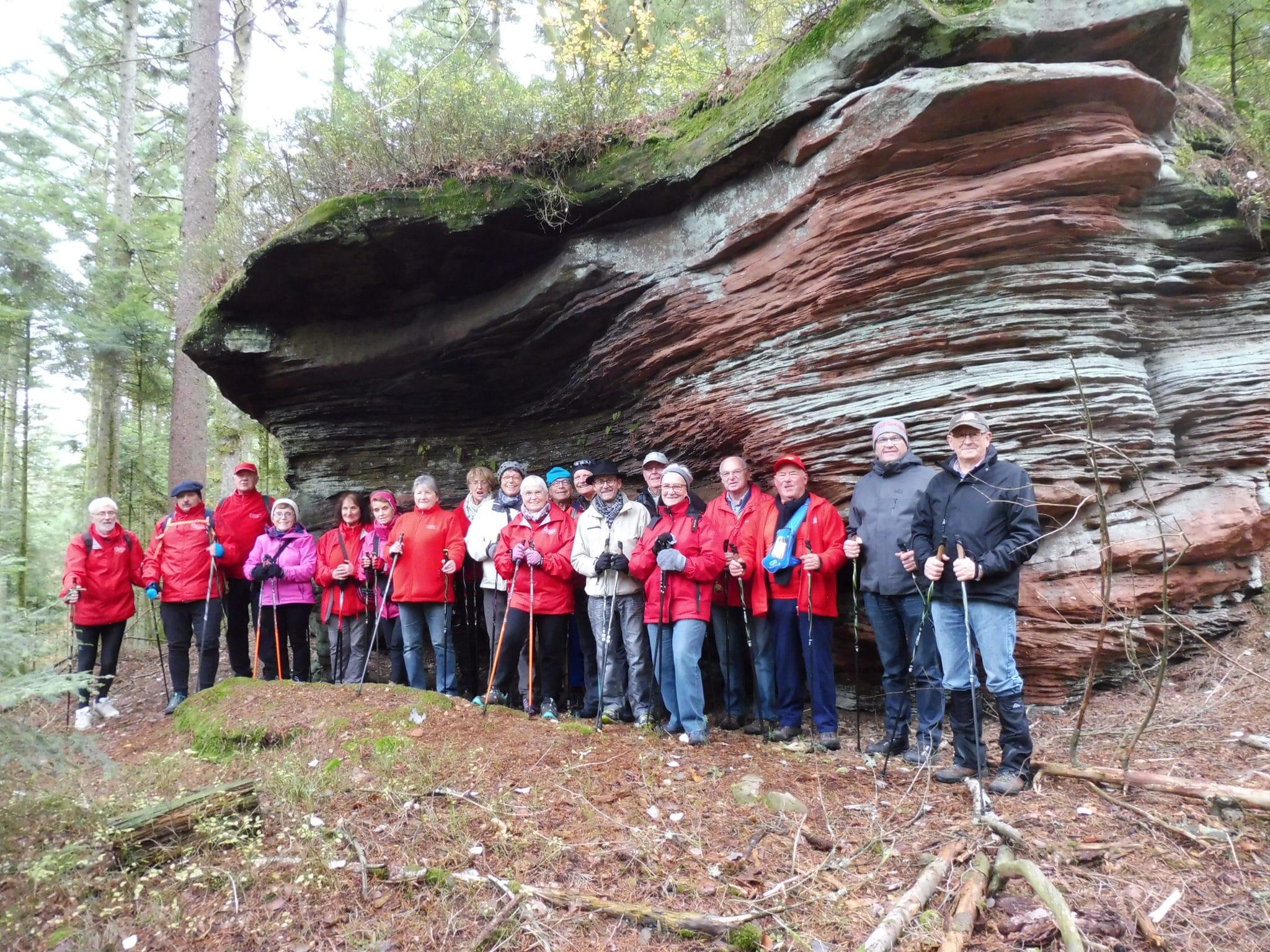 Photo du groupe au pied de la roche Betty