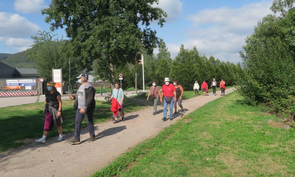 Photo des marcheurs sur la promenade des villes jumelées
