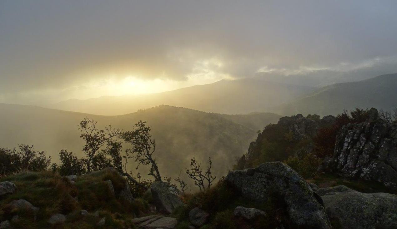 Photo du lever du soleil au travers des nuage et de la brume