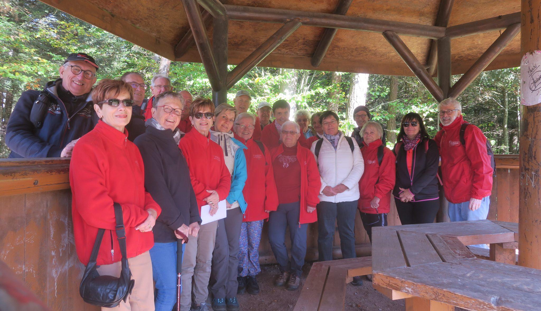 Photo du groupe sous l'abri de la Croix Saint Georges